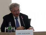 The Minister of Foreign Affairs of Luxemoburg Jean Asselborn at the Diplomatic School of Armenia